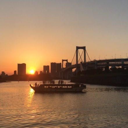 夕暮れ時の東京湾に船が浮かぶ