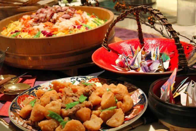 おいしそうな和食とテーブルを飾る折り鶴
