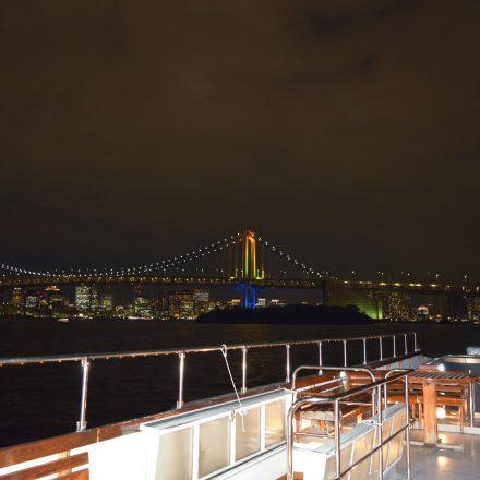 船のデッキから見えるライトアップされた橋