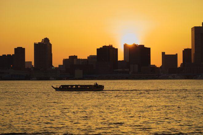 きれいな夕焼け空と船