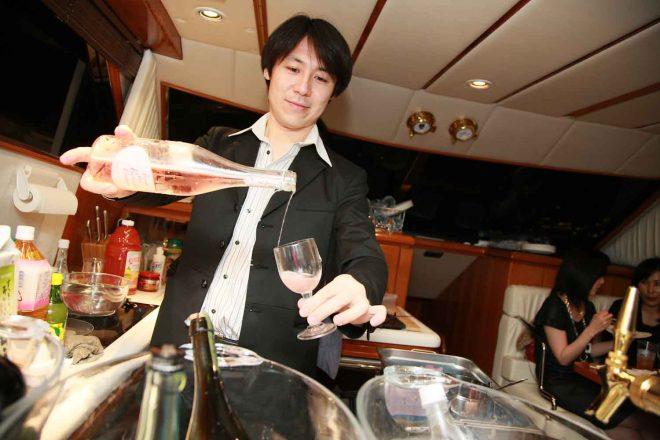 スパークリングワインをグラスに注ぐ男性