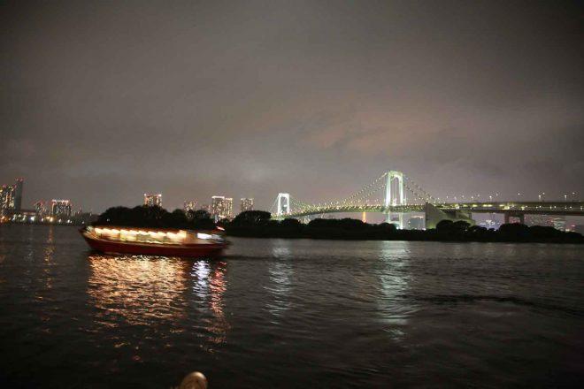 東京湾の上から見るお台場の夜景