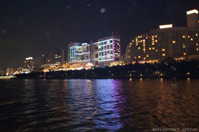 東京湾上から見えるお台場の夜景