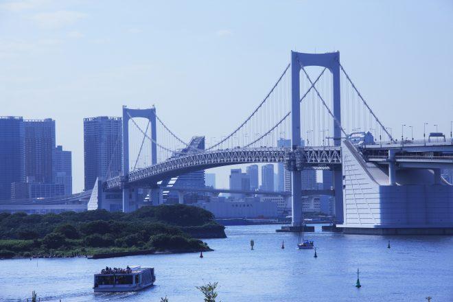 迫力ある橋と海を進む船