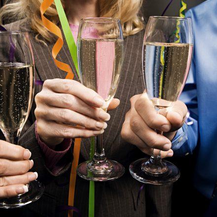 シャンパングラスを持つ3人の男女