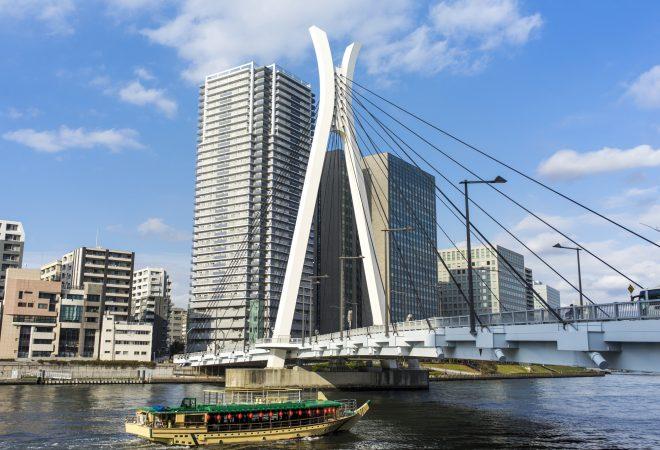 見た目の特徴的な橋と屋形船