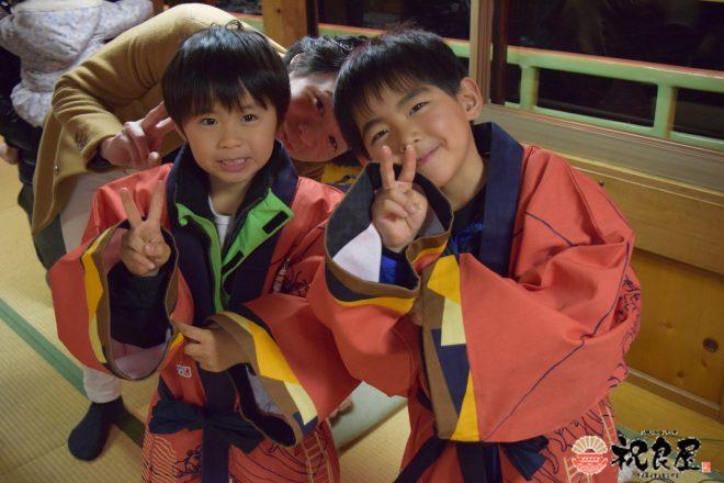 祝良屋法被を着て嬉しそうな子供たち