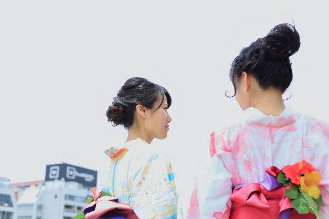 かわいらしい浴衣を着た2人の女性の後ろ姿