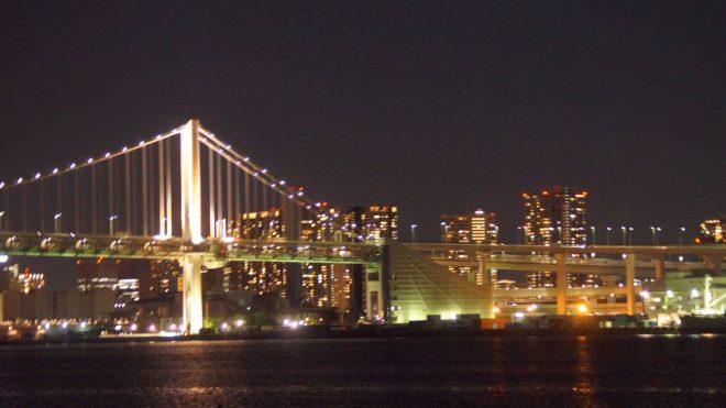 美しくライトアップされた橋と都会の夜景