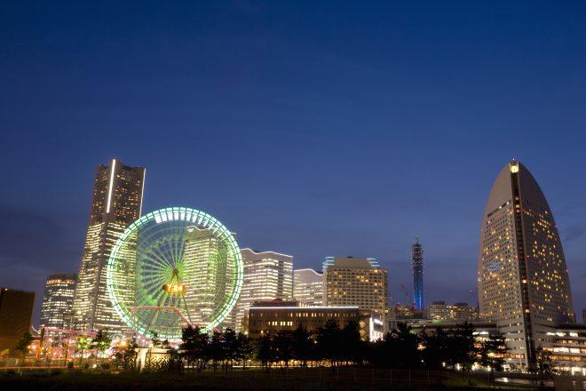 観覧車やビルの明かりがきれいな横浜の夜景