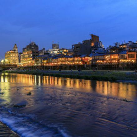 川岸に見える明かりのついた建物