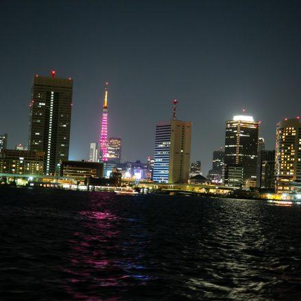 海の上から見える都会の夜景