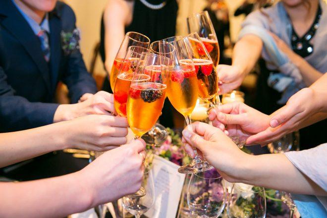 シャンパングラスで乾杯する人たち