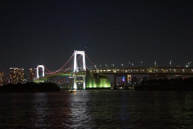 海の上から見る夜のレインボーブリッジや東京の街並み