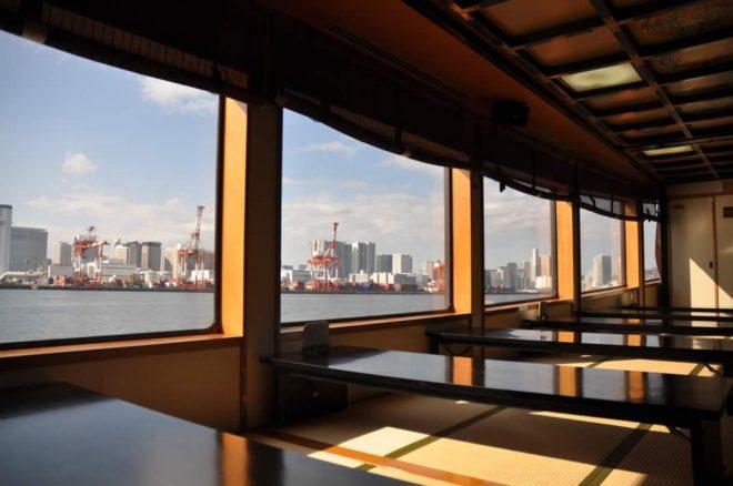 大きな窓から海が見える畳敷きの屋形船