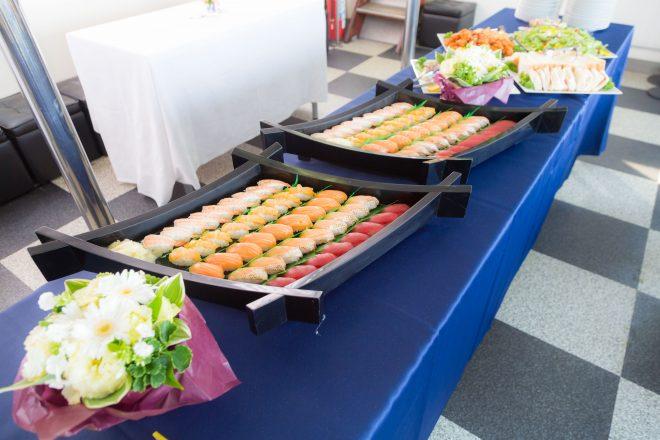お寿司や洋食などのおいしそうな料理