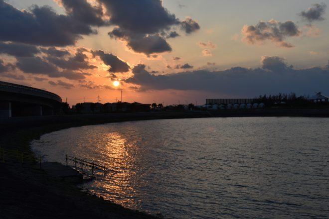夕日に照らされた海