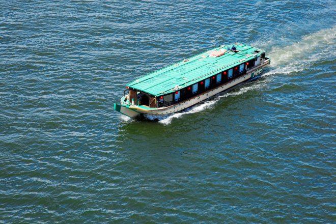 大海原を渡る屋形船