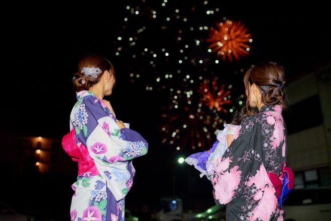 花火とともに映る浴衣を着た女性