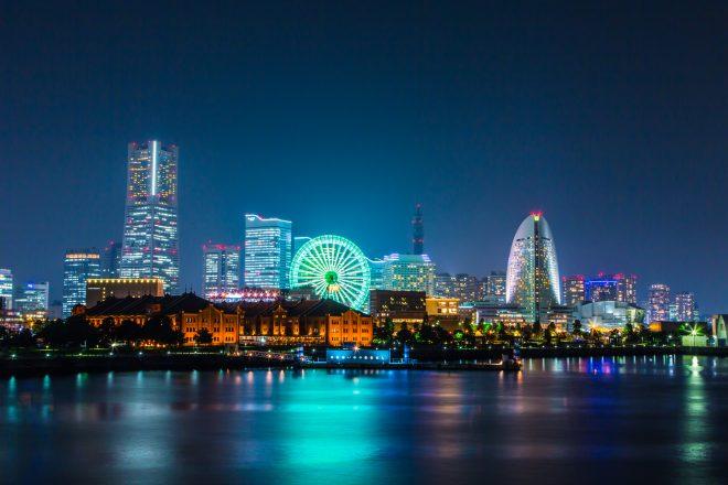 船上から眺められる色鮮やかな夜景