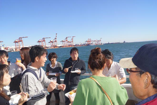 船上で風を浴びながら食事している様子