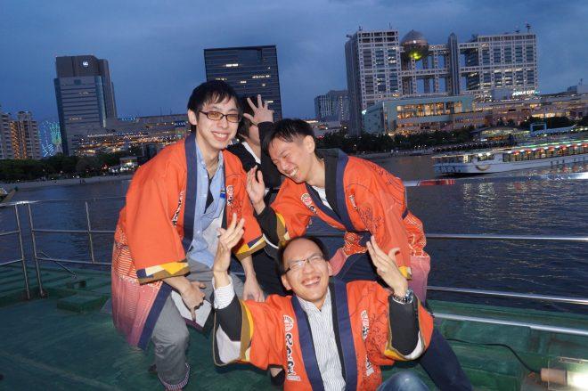 祝良屋法被を着て笑顔で写真を撮る会社の仲間たち