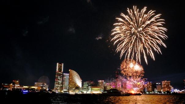 横浜みなとみらいの夜景と打ちあがる花火