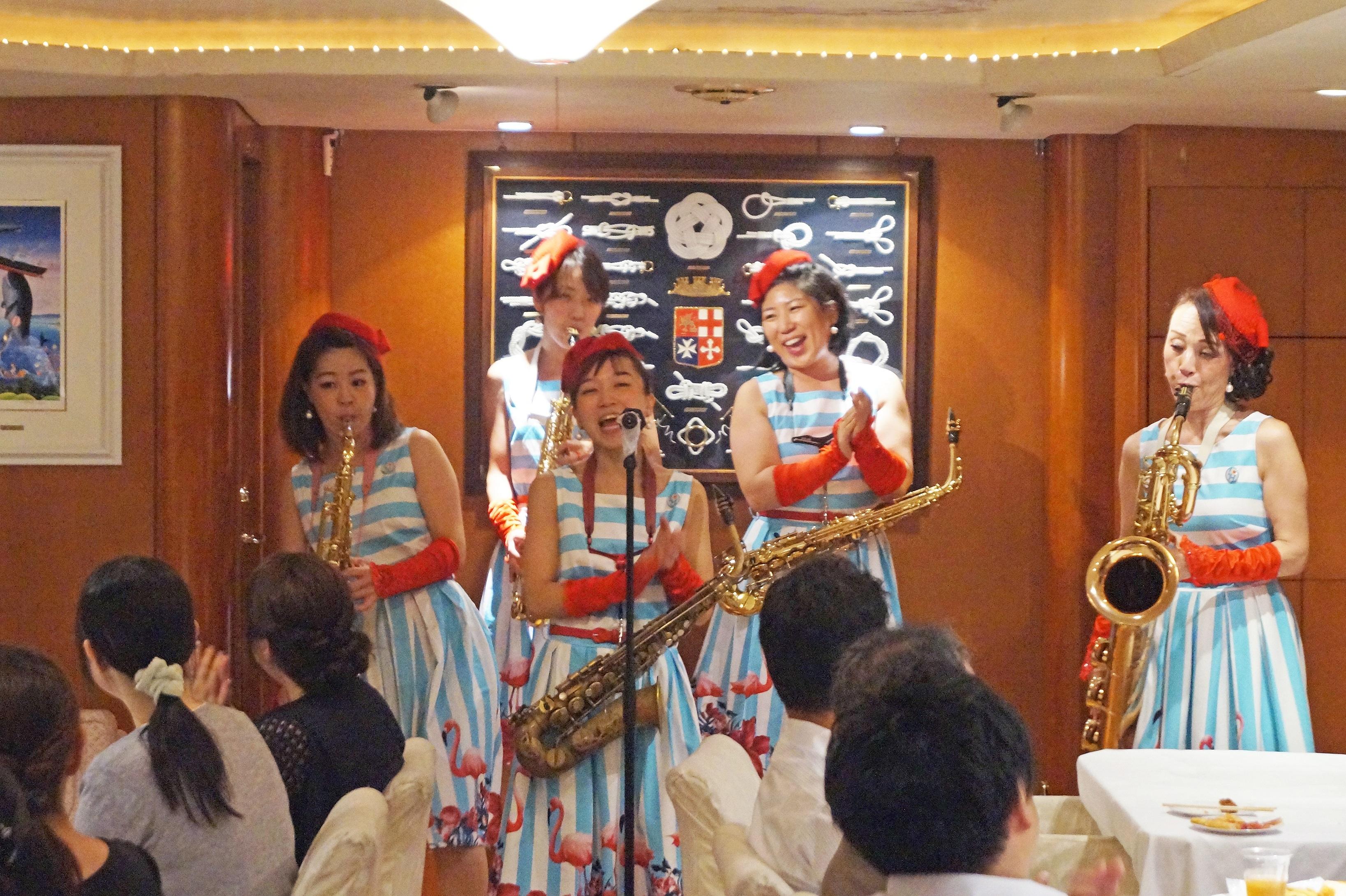 女性JAZZ演奏グループが船上で盛り上げている様子