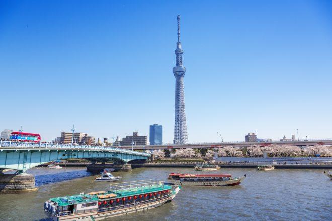 隅田川に浮かぶ屋形船とスカイツリー