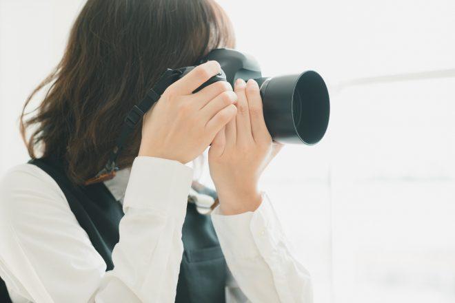 カメラを構えているスタッフ