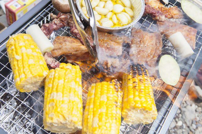 新鮮なお肉やとうもろこしを焼いています