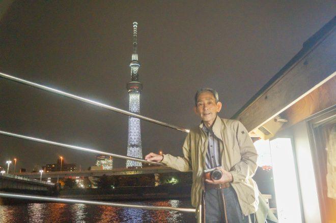 ライトアップされたスカイツリーを背景に記念写真