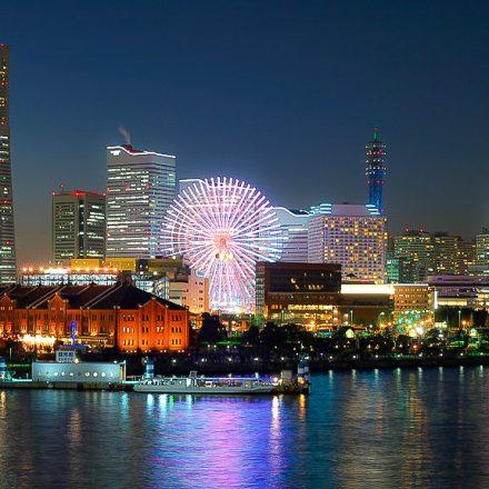 横浜のランドマークタワーと屋形船