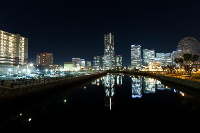 水面に映る横浜のビル