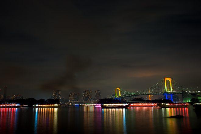 東京の夜景とライトアップされた屋形船