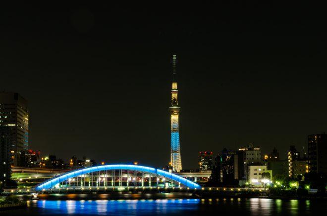 青くライトアップされた橋とスカイツリー