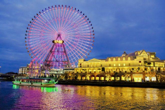 ライトアップされた横浜の景色と屋形船