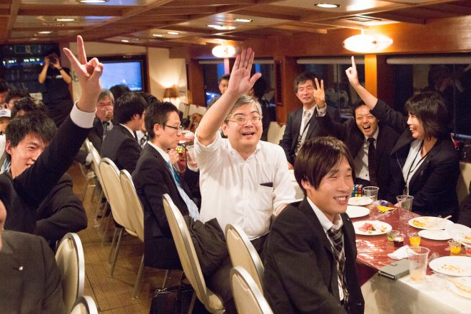 船内でゲームを楽しむ人たち