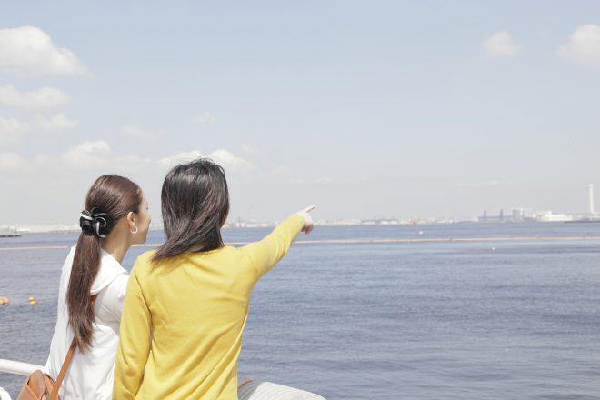 船のデッキに出る女性2人