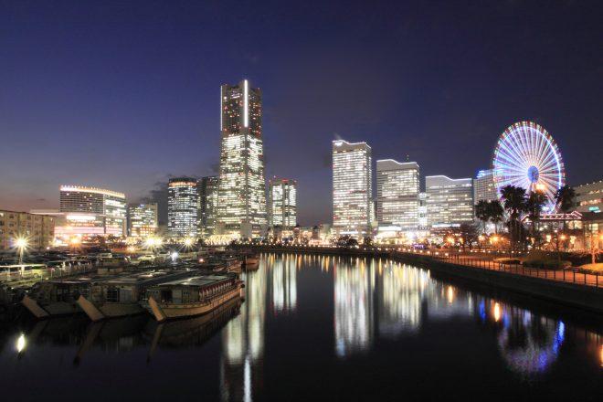 停泊する屋形船と横浜の絶景
