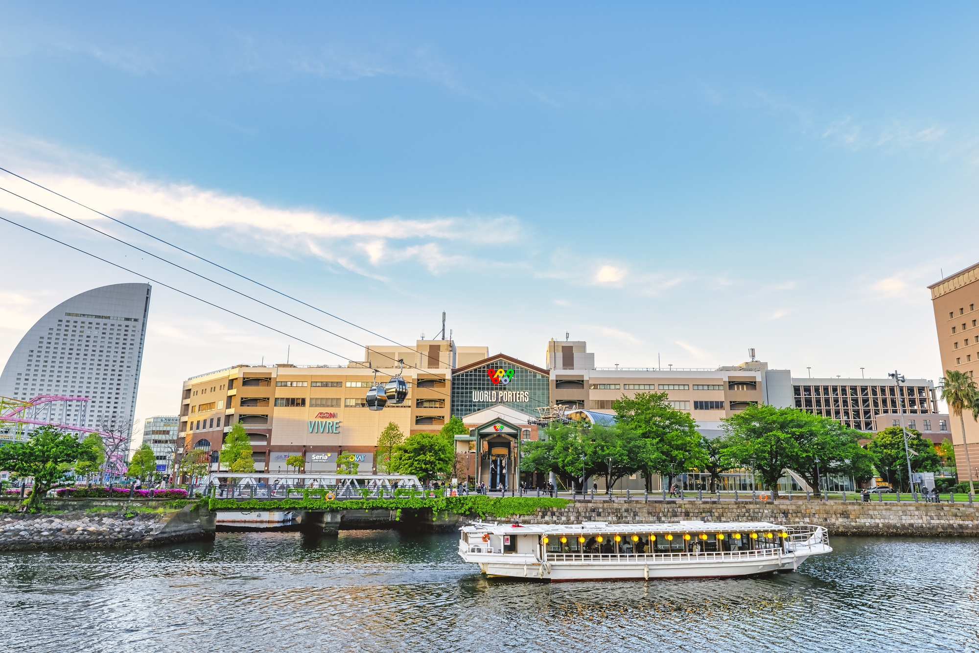 横浜の風景と屋形船