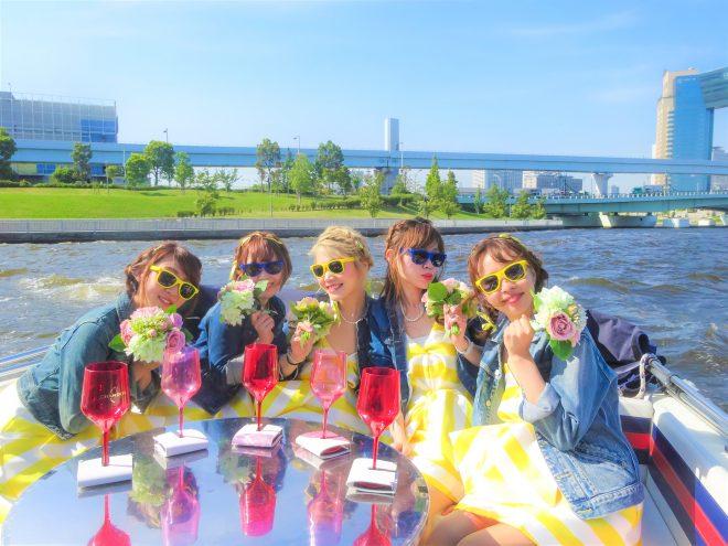 船の上でおしゃれな女子会を楽しむ