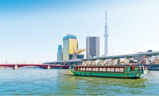 スカイツリーを背景に隅田川を走る屋形船