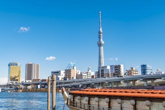 隅田川を優雅に周遊する屋形船