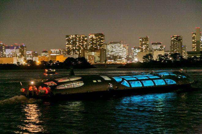 夜の海を周遊する船