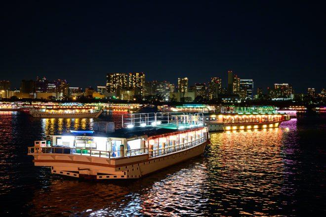 夜の海を運航中の船