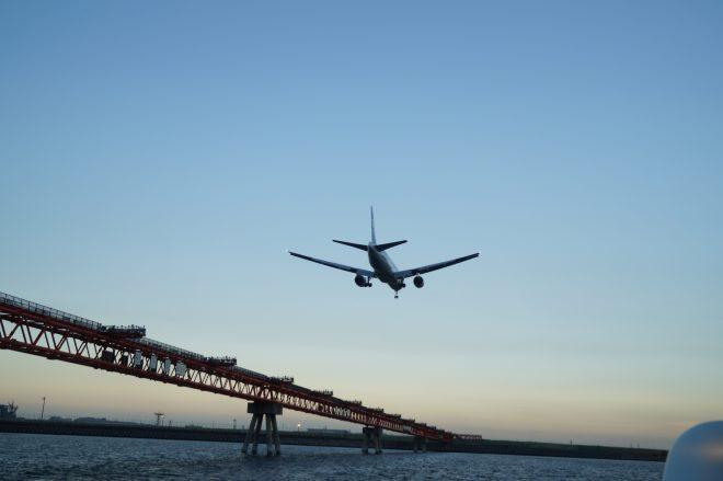 船内から観賞する飛行機