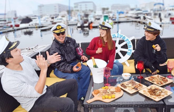 船上でビュッフェを食べながら会話を楽しむ男女グループ
