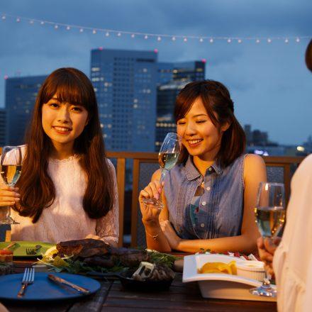 食事を楽しむ女性グループ