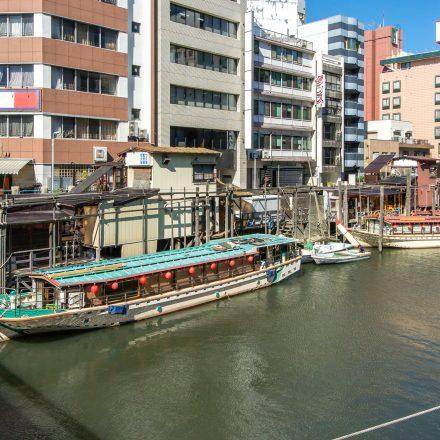 船着き場に停泊中の屋形船